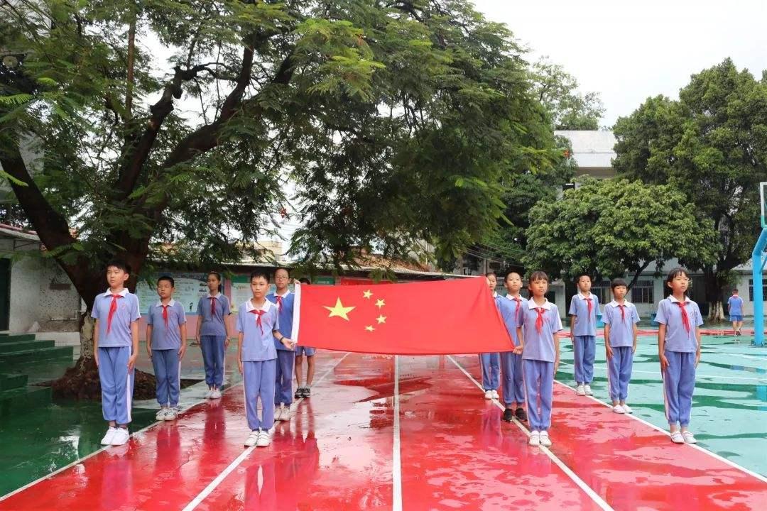 【五星红旗我为你自豪是什么歌】开学第一课五星红旗我为你自豪